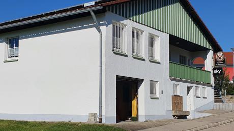 Zu einem Anbau als Erweiterung des Sportheimes des FC Ebershausen kommen umfangreiche Sanierungen der sanitären Einrichtungen und der Einbau einer neuen Heizung im Untergeschoss des bestehenden Gebäudes.