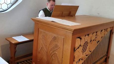 Eine neue Orgel steht in der St. Leonhardskapelle in Balzhausen. Das Bild zeigt Michael Rampp an der neuen Orgel.