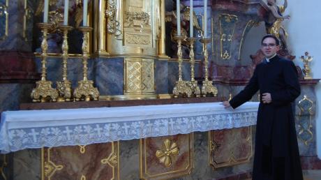 Der Altar der Stadtpfarrkirche Mariä Himmelfahrt in Thannhausen ist ein wichtiger Ort für den neuen leitenden Pfarrer der Pfarreiengemeinschaft Thannhausen-Ursberg. Großen Wert legt er auf die Nähe zu den Gläubigen.