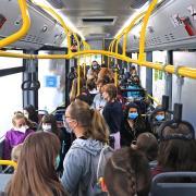 Überfüllte Schulbusse sind keine Seltenheit, Kritik gibt es fast jedes Jahr. In Zeiten von Corona kommt noch hinzu: Die Schüler brauchen für die Fahrt zu ihrem Unterrichtsort eine Gesichtsmaske. Dagegen wurde in Bus und Zug die Bestimmung zur Einhaltung der Abstände aufgehoben.