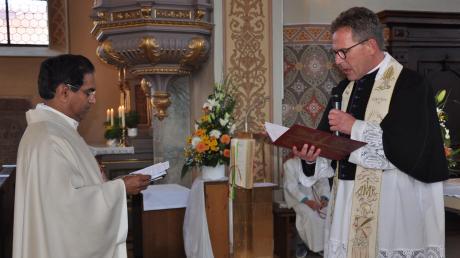 Im Mittelpunkt der Amtseinführung des neuen Pfarrers Dr. Joseph Moosariet (links) in die Pfarreiengemeinschaft Münsterhausen stand die Verlesung des Ernennungsdekretes und die Abnahme der Wiederholung des Weiheversprechens durch Dekan Klaus Bucher.