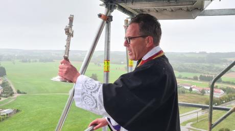 Trotz Regen und Sturm segnete Dekan und Ortspfarrer Klaus Bucher von der Turmspitze aus die total eingerüstete Kirche und die Gemeinde Breitenthal. Fotos: Hans Bosch