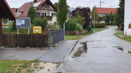 Ein neuer Gehweg entlang der Kapellenstraße in Hairenbuch soll die Sicherheit für Fußgänger, insbesondere der Schulkinder, gewährleisten. Unser Bild zeigt den Bereich für die Anlage des Gehweges.