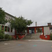 Ein Erweiterungsbau für Aula und Pausenverkauf ist am Eingang der Grundschule Krumbach angedacht. Die Eingangshalle müsste dafür abgerissen werden.
