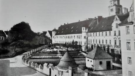 Kirche und Konventbau stammen noch aus der Bauzeit ab 1665. Über 200 Jahre später kamen südöstlich mehrere Neubauten hinzu.