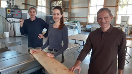 Fühlt sich in der Ellzeer Schreinerei Ley wohl: die junge Schreinergesellin Alexandra Spengler mit ihren beiden Chefs Franz (links) und Anton Ley (rechts).