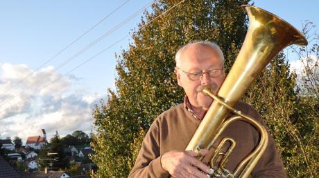 Veranlasst durch die Coronakrise will Adalbert Burkhart mit seinen Melodien, die er täglich von seinem Balkon aus darbringt, seinen Mitmenschen Freude bereiten. Unser Bild zeigt den Musikanten mit seinem Tenorhorn.