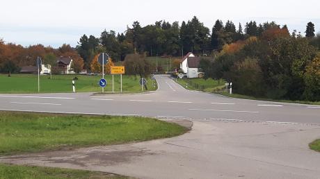 Mit einer Mittelinsel auf der B300 an der westlichen Ortseinfahrt von Ursberg, wo beim Obstgarten der Radweg endet, soll die bisher gefährliche Überquerung der viel befahrenen Bundesstraße für Radfahrer entschärft werden.