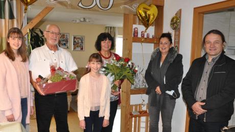 Altbürgermeister Herbert Kubicek und seine Frau Reingard (Bildmitte) erhielten am Tag ihrer Goldenen Hochzeit Besuch vom neuen Bürgermeister Harald Lenz (rechts) und der stellvertretenden Landrätin Simone Riemenschneider-Blatter (2. von rechts). Mit auf dem Bild sind die beiden Enkelinnen der Kubiceks.
