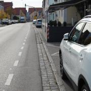 Der Schutzstreifen für Radfahrer auf der Bahnhofstraße ist zu schmal und es fehlen die Piktogramme. Fußgänger, Radfahrer, Längsparker, Außenbewirtung, Bäume und Autos, die Straßenräume sind für alle diese Belange zu eng.