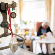 In einem Seniorenheim im nördlichen Landkreis Günzburg wurde eine Person, die in dem Heim wohnt, positiv auf das Coronavirus getestet. Es ist in diesem Herbst der erste Fall an einer derartigen Einrichtung im Kreisgebiet.