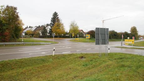 Der mit Stauden bewachsene Lärmschutzwall auf der Westseite der B16 in Ellzee wird nach den Planungen des staatlichen Straßenbauamtes verlängert, um ein Befahren der Bahnhofstraße zu unterbinden.