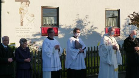 Vor dem festlich geschmückten Elternhaus erfolgte die Segnung des Primizkreuzes durch Abt Dr. Maximilian Heim OCist vom Stift Heiligenkreuz.