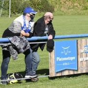 Mit Abstand und Maske sind Zuschauer bei Fußballspielen im Amateurbereich nach wie vor zugelassen, so wie hier beim Heimspiel des SC Ichenhausen. Auf dem Feld sind diese Maßnahmen aber nicht umsetzbar. Daher sagen nun immer mehr Vereine angesichts steigender Infektionszahlen ihre Spiele ab.