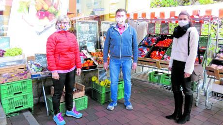 Unkompliziert einkaufen: (von links) Kreis-Seniorenbeauftragte Johanna Herold, Christian Mayer und Stefanie Schuster-Kindig (Leiterin der Kreis-Seniorenfachstelle) bringen ein neues Krumbacher Pilotprojekt auf den Weg.