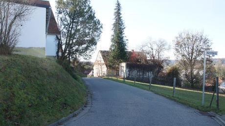 """Der Kirchweg in Oberbleichen verengt sich so stark, dass breitere Fahrzeuge nicht mehr durch das """"Öhr"""" kommen. Auch eine Wendemöglichkeit gibt es nicht."""