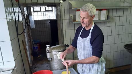 Sieht in seiner eigenen Erfindung eine Möglichkeit, trotz Lockdown wieder in seinem Beruf als Metzgermeister aktiv zu sein: Hans Drexel fertigt in Edenhausen seine hausgemachte bayerische Bierwurz ganz allein in der Wurstküche.