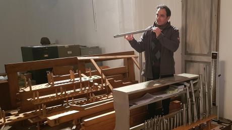 Die umfangreiche Sanierung und Erweiterung der Kirchenorgel in Neuburg hat begonnen. Mittlerweile hat Orgelbauer Martin Geßner das Pfeifenwerk mit 600 Pfeifen ausgeräumt. Mitte nächsten Jahres werden die Arbeiten beendet sein.
