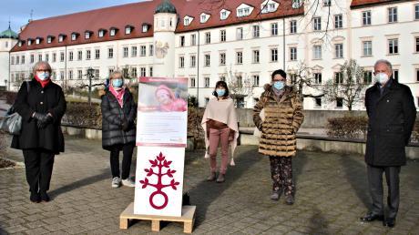 Mitglieder des Rotary-Clubs Krumbach und das DRW möchten heuer wieder 300 Wünsche von benachteiligten Menschen erfüllen. Drei Wunschbäume wurden für diesen Zweck in Ursberg aufgestellt.