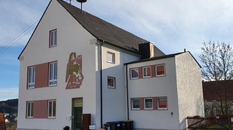Einen eindeutigen Entschluss zur Erhaltung und Erweiterung des Kindergartens St. Martin in Ebershausen fasste der Gemeinderat in seiner Sitzung. Unser Bild zeigt die alte Schule, in deren Räumen gegenwärtig 27 Kinder betreut werden.