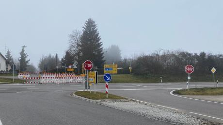An der Kreuzung GZ 1/B 16 in Ellzee wird eine sicherere Verkehrsführung getestet. Die Bürgerinnen und Bürger sind aufgefordert, ihre Erfahrungen und Wahrnehmungen mit der neuen Situation Bürgermeisterin Gabi Schmucker oder dem Straßenbauamt schriftlich mitzuteilen.