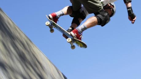 Kühne Sprünge und spektakuläre Kunststücke auf Skateboards: Werden sie auf einer Halfpipe in Welden möglich sein?