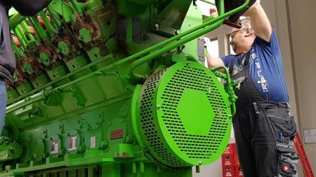 Einbau der dritten Generation eines Blockheizkraftwerks im Heizkraftwerk Ursberg des DRW. Es verbraucht weniger Energie bei gleicher Leistung wie der Vorgängertyp und muss weniger gewartet werden.