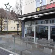 Eine Sitzterrasse zur Außenbewirtung steht in einer Parkbucht auf der Bahnhofstraße vor Lolas Bar in Thannhausen. Wie es mit dieser Außenbewirtung weitergeht, war Thema im Thannhauser Bauausschuss. Auch der Stadionplatz (im Hintergrund) war Teil der Beratung.