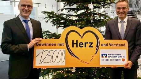 Die beiden Vorstandsmitglieder der regional verwurzelten Genossenschaftsbank Helmut Graf (Vorstandsvorsitzender, rechts im Bild) und Uwe Köhler sehen sich als Bankpartner vor Ort – und wollen mit der Spende das Ehrenamt weiter stärken und unterstützen.