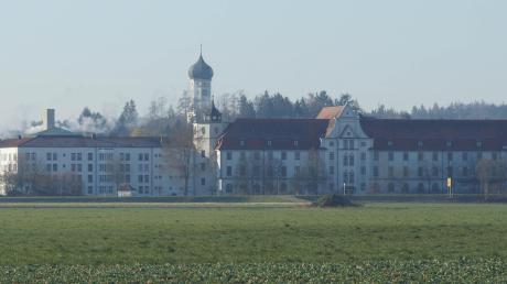 Blick auf das Kloster in Ursberg. Das Dominikus-Ringeisen-Werk beschäftigt bayernweit rund 4500 Mitarbeiter. Die Corona-Krise stellt die Einrichtung vor große Herausforderungen.