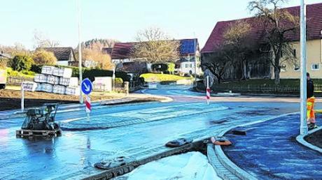 Rechtzeitig vor Weihnachten wird der innerörtliche Kreuzungsbereich der Staatsstraßen 2023 und 2024 wieder für den Verkehr freigegeben.