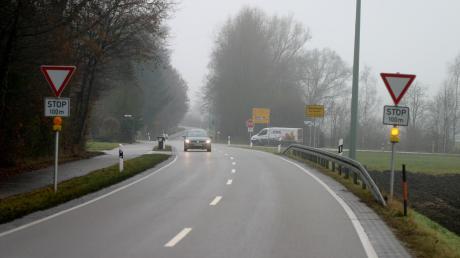Die Kreuzung Staatsstraße 2018 und Kreisstraße GZ13 im Westen von Nattenhausen hat sich zum Unfallschwerpunkt entwickelt. Als erste Maßnahme wurden Blitzleuchten installiert, die auf die Stoppstelle aufmerksam machen sollen. Weitere Maßnahmen werden folgen.