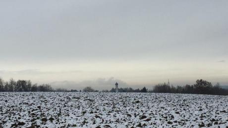 Die Kirchtürme von Bayersried (rechts) und Ursberg sind die nächsten Anlaufpunkte unserer Wanderung zwischen Edenhausen und Ursberg.