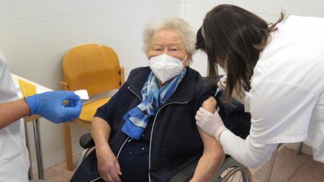 Premiere im Krumbacher Impfzentrum: Die 92-jährige Adelheid Wojcik aus Thannhausen erhielt am Mittwoch die Corona-Schutzimpfung.