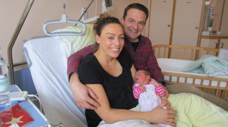 Silvesterbaby in Krumbach: Unser Bild zeigt Rosalie mit ihren glücklichen Eltern Sara und Roland Engel.