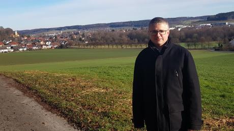 Ob es um die Entwicklung des Ortskernes (links) oder die Erweiterung des Gewerbegebietes (rechts) geht: Neuburgs Bürgermeister Markus Dopfer muss den Überblick bewahren.