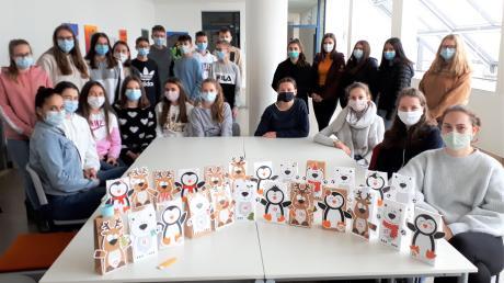 Advent ohne Gäste im Schulhaus des Ursberger Gymnasiums: Die Klasse 9c präsentiert ihre Geschenkidee.