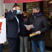 Demonstration für den Erhalt der Arbeitsplätze bei Lingl im Oktober 2020 vor dem Krumbacher Rathaus: Betriebsratsvorsitzender Gerhard Huber (rechts) im Gespräch mit Landrat Hans Reichhart.