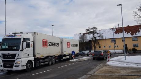 Probleme gibt es für Sattelzugmaschinen in der neu gebauten Straßenkreuzung in Langenhaslach.