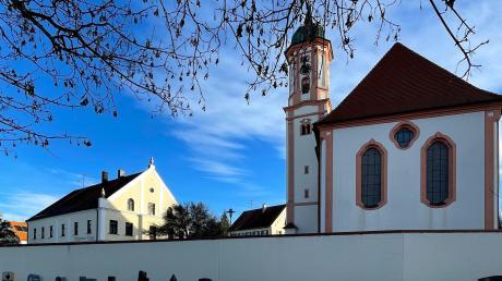 """Gegenüber den bestehenden Urnengräbern im Friedhof Deisenhausen wird eine """"pflegearme"""" Urnenstelen-Variante installiert."""