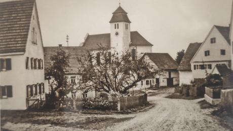 Die Schulstraße mit Pfarrkirche Mariä Himmelfahrt in Unterbleichen früher und heute. Viele derartige Vergleiche beinhaltet der Bildband.