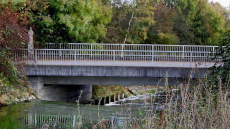 Die Brücke über die Mindel östlich der Ortschaft Winzer ist vor gut 35 Jahren gebaut worden. Bei der Inspektion im letzten Jahr kamen schwere Schäden zutage. Damit sie weiterhin benutzt werden kann, müssen etliche Vorkehrungen getätigt werden.