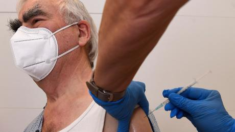 Ex-Finanzminister Theo Waigel ist im Impfzentrum Krumbach gegen das Coronavirus geimpft worden.