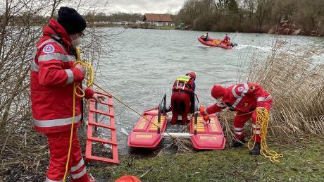 Aktive der Wasserwacht demonstrierten bei der Übergabe der Rettungsleitern die Rettung eines Ertrinkenden in der Person des Kreisgeschäftsführers des BRK- Kreisverbandes Günzburg Daniel Freuding.