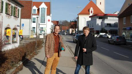 Eine deutliche Aufwertung von Stadtbild und Aufenthaltsqualität in der Stadt versprechen sich Planer Prof. Ludwig Schegk (links) und Bürgermeister Alois Held von der Sanierung der Christoph-von-Schmid Straße.