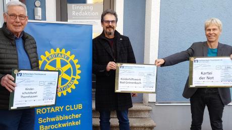8000 Euro für den guten Zweck: Unser Bild zeigt von links Peter Vohle (Organisator der Adventskalender-Aktion), Kai-Uwe Kugelmann (Präsident des Rotary-Clubs Schwäbischer Barockwinkel Thannhausen) und MN-Redaktionsleiter Peter Bauer, der die Spende für die Kartei der Not symbolisch entgegennahm.