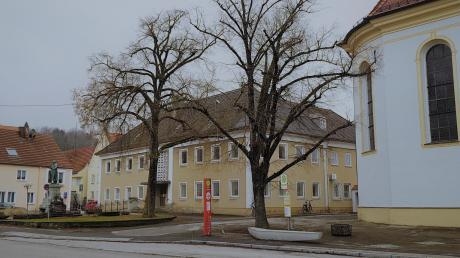 Aktuell fristet das ehemalige Thannhauser Rathaus im Schatten der Stadtpfarrkirche ein trauriges Dasein. Mit einem Erbbaupachtvertrag versucht die Stadt jetzt, die Situation zu ändern.
