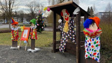 """Sie sorgen für ein wenig Faschingsfreude in der Pandemie: Bunte Maskerer grüßen die Bewohner vor Wohneinrichtungen des Dominikus-Ringeisen-Werks in Ursberg. Im Hintergrund der """"Faschingsbaum""""."""