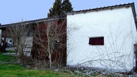 Diese alte Doppelgarage mit Freisitz in Bernbach muss für den Bau eines ebenerdigen Einfamilienhauses weichen, das für die Bauersleute ein Altersruhesitz werden soll.