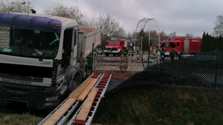 Am Samstag hat ein Lastwagen-Fahrer in der Edelstetter Straße in Thannhausen die Kontrolle verloren und ist durch den Garten eines Hauses geschleudert und in e.